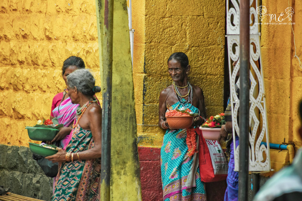 Halakki-Vokkaliga-ladies-selling-flowers