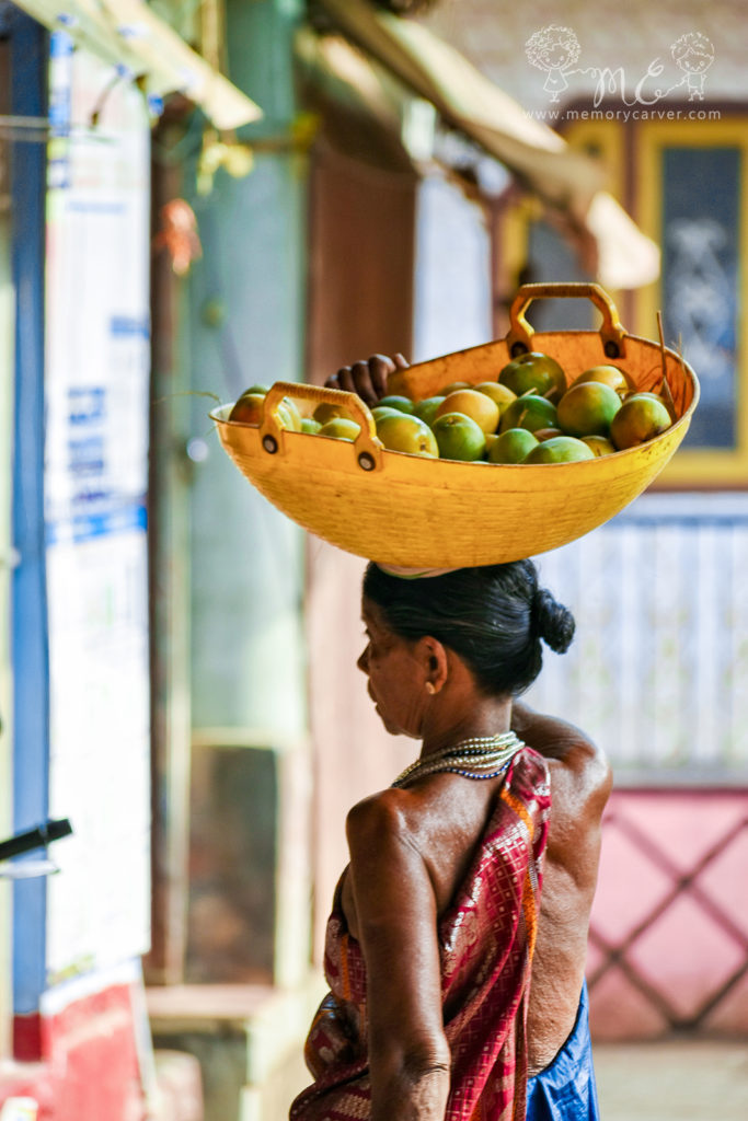 Halakki-Vokkaliga-lady-carrying-mangoes-1600